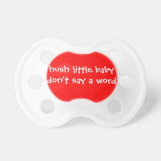El pequeño bebé del silencio no dice una palabra-- chupetes de bebé