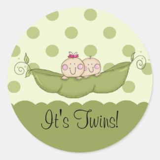 El pequeño bebé dulce del guisante hermana al pegatina redonda