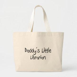 El pequeño bibliotecario del papá bolsa