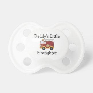 El pequeño bombero del papá chupete