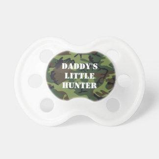 El pequeño cazador del papá chupetes de bebe