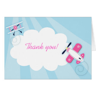 El pequeño chica del rosa del aviador le agradece tarjeta pequeña