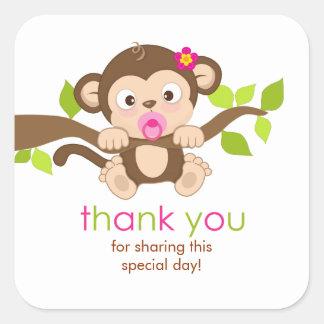 El pequeño chica lindo del mono le agradece pegatina cuadrada