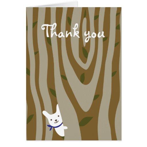 El pequeño conejo blanco le agradece cardar felicitación