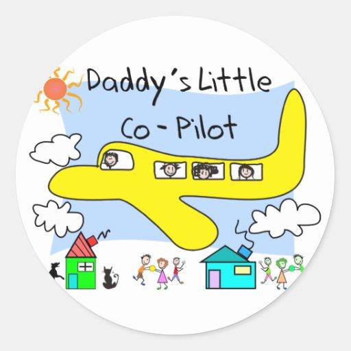 El pequeño copiloto del papá embroma las camisetas etiqueta redonda