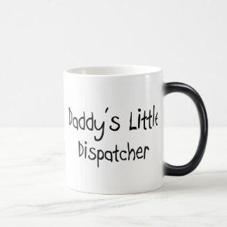 El pequeño despachador del papá tazas de café