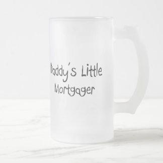 El pequeño deudor del papá taza de café