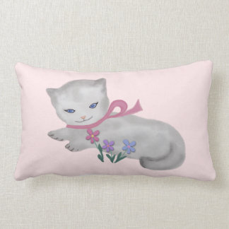 El pequeño gatito almohada