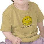 El pequeño hombre de la mamá camiseta