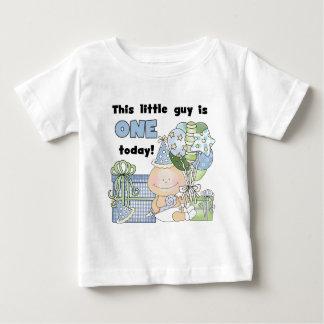 El pequeño individuo es las camisetas una y camisas
