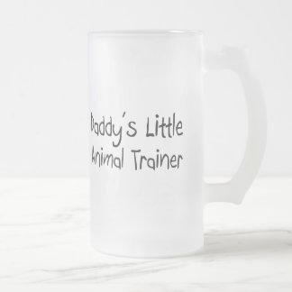 El pequeño instructor animal del papá taza