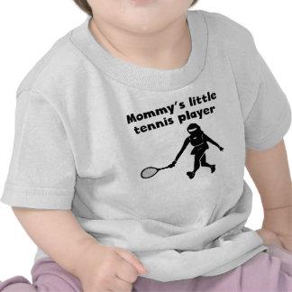 El pequeño jugador de tenis de la mamá camisetas