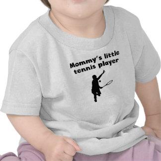 El pequeño jugador de tenis de la mamá camiseta