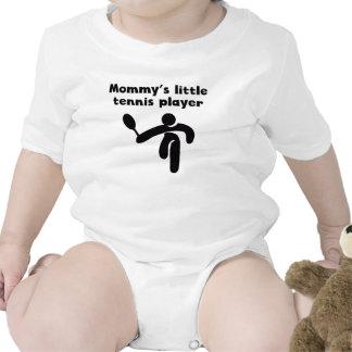 El pequeño jugador de tenis de la mamá traje de bebé