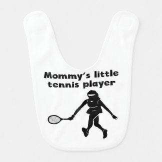 El pequeño jugador de tenis de la mamá baberos de bebé