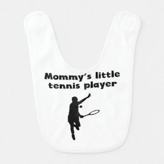 El pequeño jugador de tenis de la mamá babero