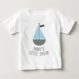 El pequeño marinero del papá camisas