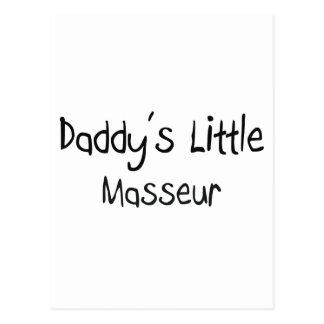 El pequeño masajista del papá tarjeta postal