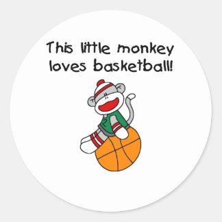 El pequeño mono ama baloncesto pegatina redonda