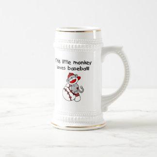 El pequeño mono ama las camisetas y los regalos de jarra de cerveza