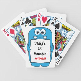El pequeño monstruo del papá barajas de cartas