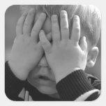 El pequeño muchacho de la madre colcomanias cuadradas