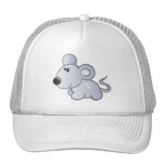 el pequeño ratón adentro relaja el gorra