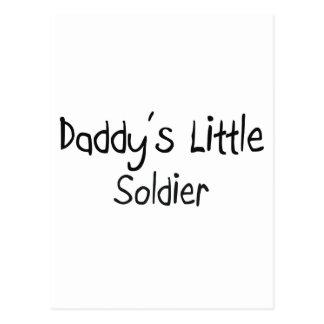 El pequeño soldado del papá postal