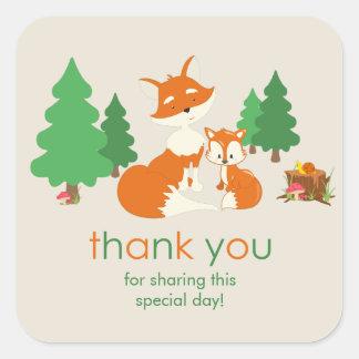 El pequeños zorro y mamá lindos le agradecen pegatina cuadrada