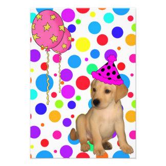 El perrito de Labrador de la fiesta de cumpleaños