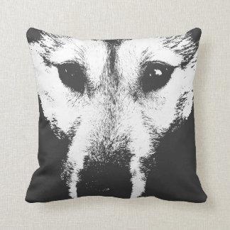El perrito de lobo fornido de la almohada soporta