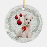 El perrito de Westie abraza y besa deseos del navi Ornamentos De Navidad