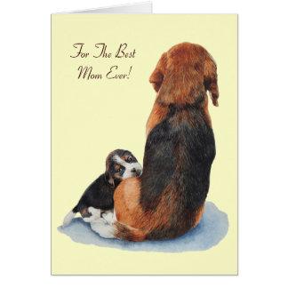el perrito del beagle y el perro lindos de la mamá tarjeta de felicitación