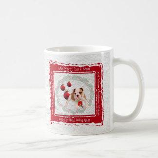 El perrito del dogo abraza deseos calientes del taza clásica