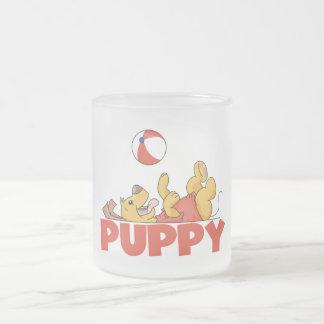 El perrito juega las camisetas y los regalos tazas de café