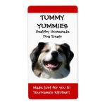 El perrito sonriente del perro trata la etiqueta a etiqueta de envío