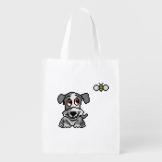 El perrito y la abeja en perritos delanteros del bolsas de la compra