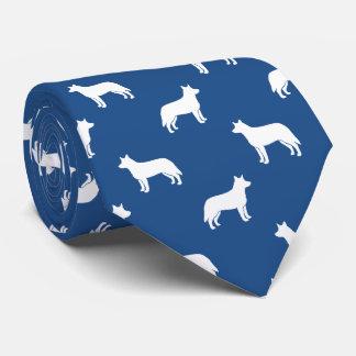 El perro australiano del ganado siluetea el modelo corbatas