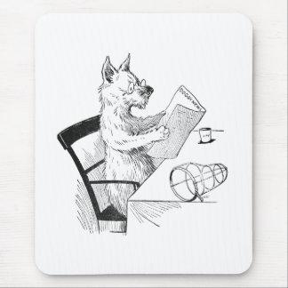 El perro con los vidrios lee el papel mousepad