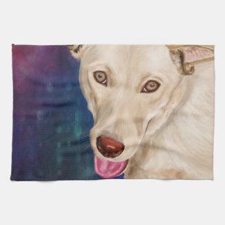El perro de oro con una fresa tiene gusto de la toallas