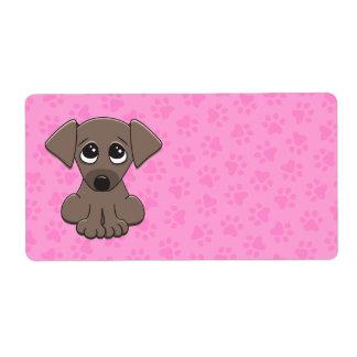 El perro de perrito marrón lindo con el petición g etiqueta de envío