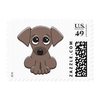 El perro de perrito marrón lindo con el petición sellos