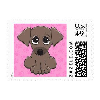 El perro de perrito marrón lindo con el petición franqueo