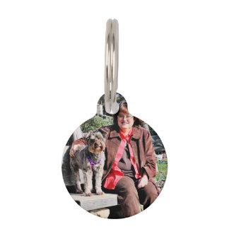 El perro de Schnoodle goza de la playa de Carmel Placa Para Mascotas