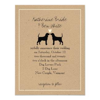 El perro del Coonhound siluetea la invitación del