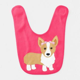 El perro del Corgi con rosa arquea el babero de la