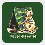 El perro del golden retriever come el perro calcomanía cuadradas personalizadas