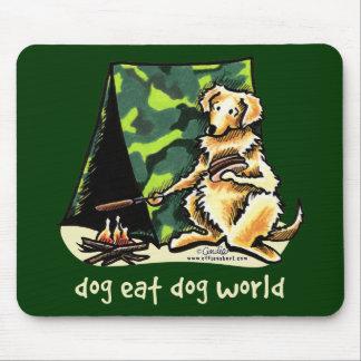 El perro del golden retriever come el perro tapete de raton