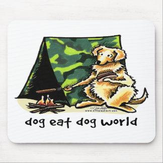 El perro del golden retriever come el perro alfombrillas de ratón