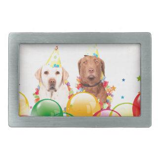 El perro del labrador retriever hincha cumpleaños hebillas cinturon rectangulares